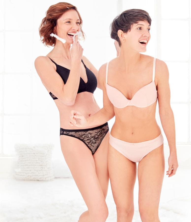 dwie uśmiechnięte kobiety w wygodnej bieliźnie