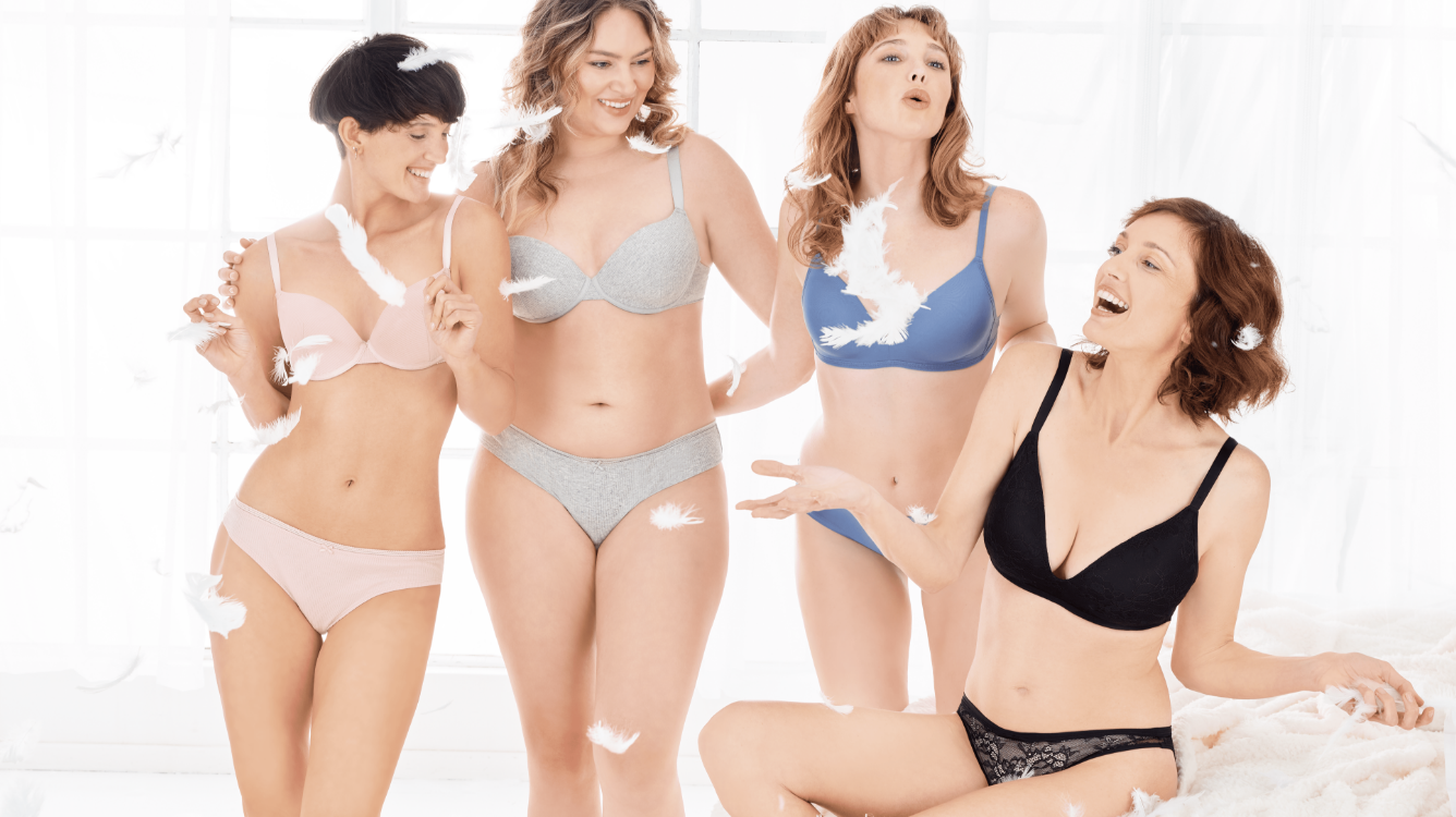 cztery kobiety w modnej i niedrogiej bieliźnie