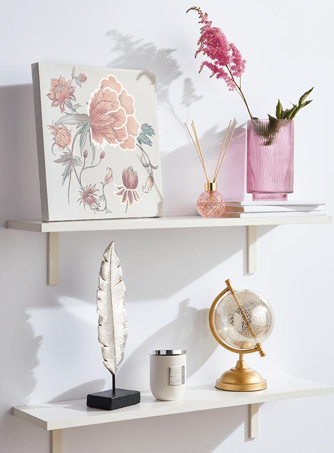 Półki domowe z obrazem, sztucznymi kwiatami w wazonie, globusem i piórem