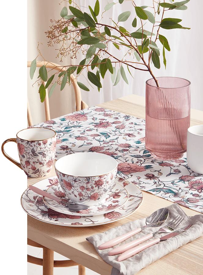 zastawa stołowa: kubki, sztućce i talerze ze wzorami w kwiaty